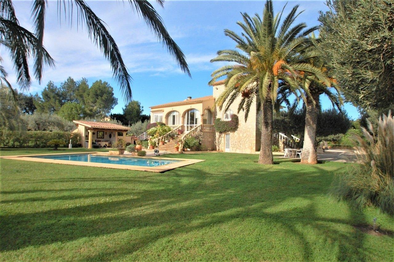Lujosa villa de campo en Denia, a 2 km de la playa. Casa de invitados separada.